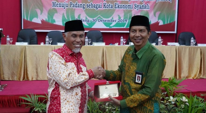 Wali Kota Padang Mahyeldi Ansharullah (kiri)