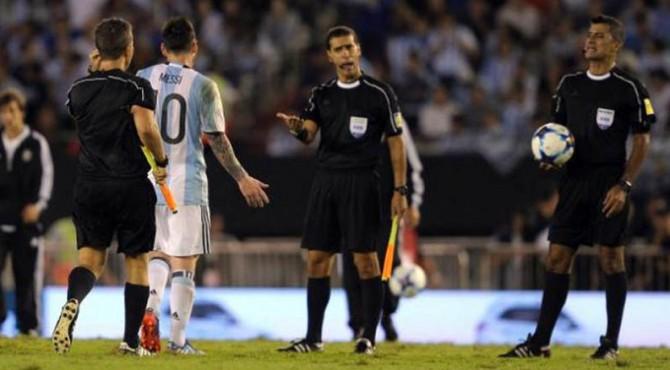 Lionel Messi yang disanksi karena disebut menghina hakim garis.