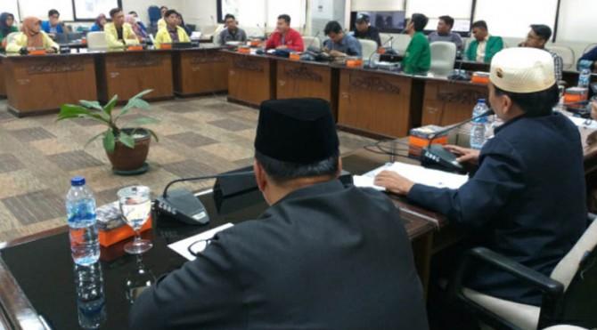 Aliansi Badan Eksekutif Mahasiswa (BEM) Sumatera Barat mendesak Presiden Joko Widodo mengeluarkan Perppu setelah 17 Oktober untuk membatalkan Rancangan Undang-undang (RUU) Komisi Pemberantasan Korupsi (KPK).
