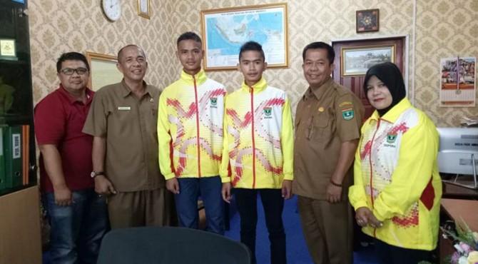 Dua Siswa SLB Aisyah Sijunjung (Tengah) yang masuk daftar skuat timnas di ajang olimpiade internasional disabilitas