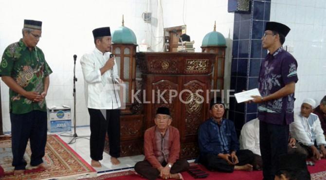 Sekda Kota Solok Rusdianto, didampingi Kabag humas Nurzal Gustim menyerahkan bantuan honor mubalig kepada pengurus masjid
