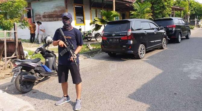 Polisi berjaga-jaga di rumah seorang pria yang diduga bergabung JAD di Padang.