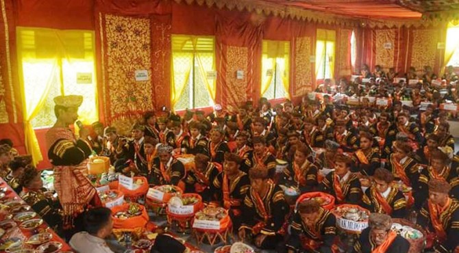 Ratusan Pemuka adat di Kawasan Saribu Rumah Gadang Solsel Makan bajamba sebelum turun ke Sawah, Senin (30/9)