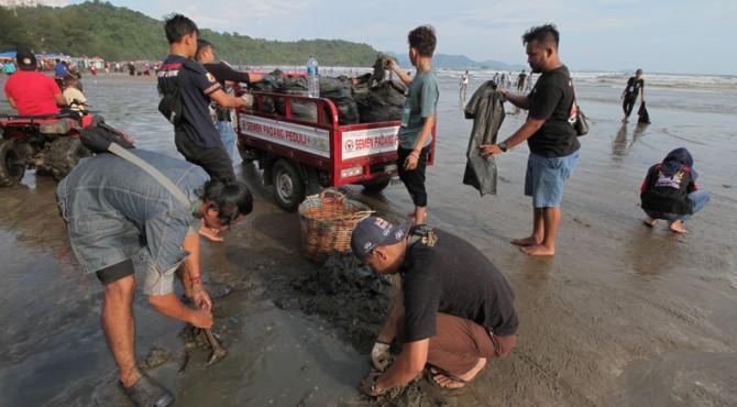 Aksi bersih-bersih pantai yang dilakukan 'PIPIS' di kawasan Pantai Air Manis Padang