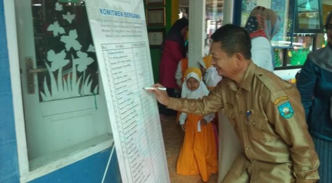 Sekretaris Dinas Pendidikan Kota Sawahlunto Supar Saat Menandatangani Komitmen Bersama Untuk Lomba Sekolah Sehat