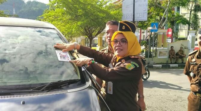 Kajari Pessel, Yeni Puspita terlibat langsung dalam bagi stiker anti korupsi di Pessel