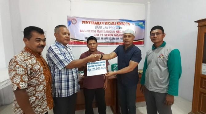 Ketua LPM Padang Besi Bustami (dua dari kanan) menyerahkan secara simbolis bantuan dana rehab Pos Pemuda kepada Ketua RW 05 Padang Besi Zarman.