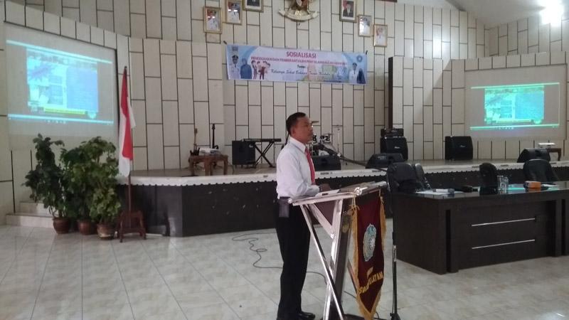 Kasat Narkoba Polres Solsel, AKP Al Indra Menyampaikan materi saat mensosialisakan pencegahan penyalahgunaan narkoba kepada TP-PKK Solsel di aula kantor Bupati setempat, Senin (28/10)