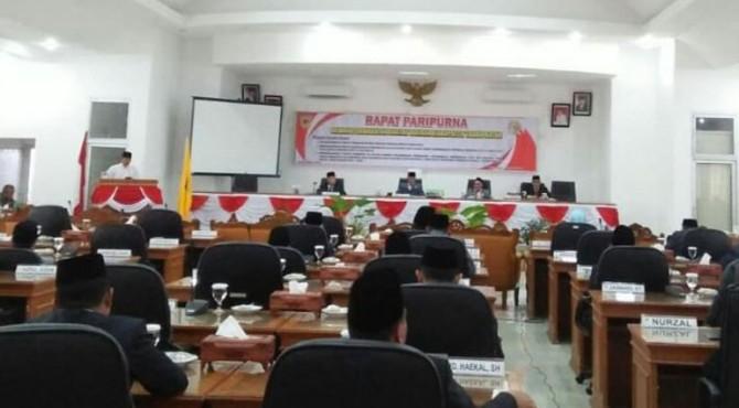 Rapat paripurna DPRD Tanah Datar mendengarkan pidato presiden RI.