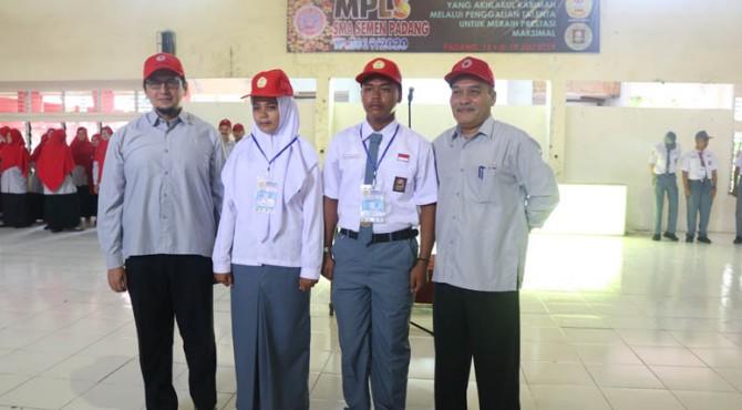 Pemasangan topi dan kokarde oleh Ketua umum dan kepala sekolah SMA Semen Padang sebagai tanda dimulainya masa pengenalan lingkungan sekolah di sekolah itu, Senin pagi, 15 Juli 2019
