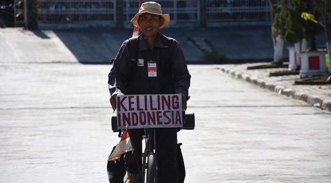 Egi Suryana, warga Sinapaga, Kecamatan Tanjung Raya, Kabupaten Mesuji, Povinsi Lampung melakukan perjalanan keliling Indonesia menggunakan sepeda Ontel