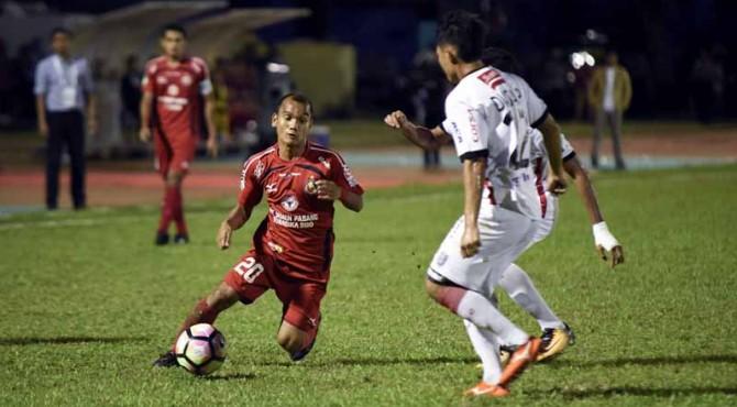 Riko Simanjuntak saat melewati pemain Bali United.