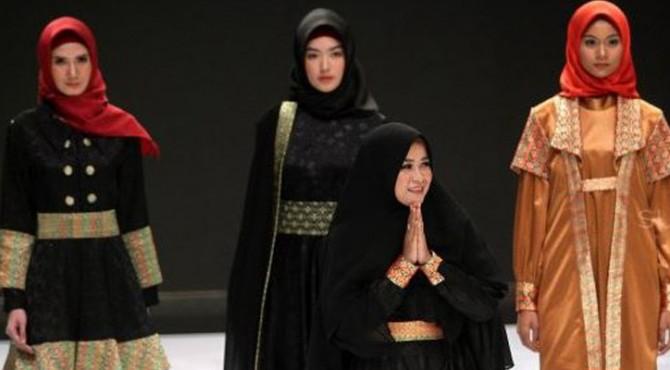 Model menampilkan busana rancangan seorang perawat RSUD, Diksi Hera Berliana pada Indonesia Fashion Week (IFW) 2019 di JCC, Jakarta, Rabu (27/3)