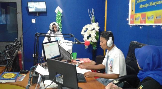 Siswa sedang mengikuti lomba menjadi Penyiar Radio