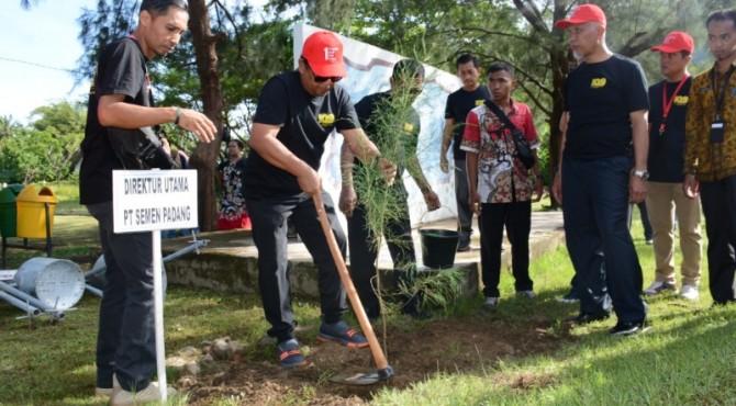 Dirut PT Semen Padang Yosviandri (dua dari kiri) melakukan penanaman pohon cemara di Pantai Air Manis.