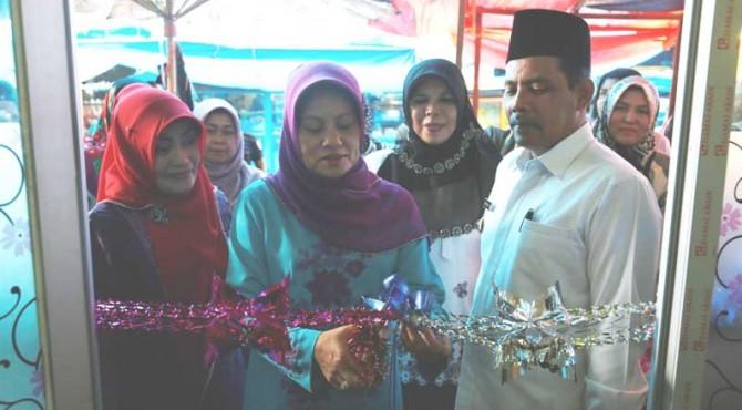 Ketua P2TP2A Kota Solok Ny. Elfia Reinier didampingi Wawako Reinier dan Plt Dinas PPPA Yosmaini meresmikan ruang menyusui di Pasar Raya Solok