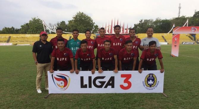 Pelatih SC BJPE Andra Eka Putra bersama anak asuhnya jelang laga kontra Gasliko di Stadion H. Agus Salim Padang