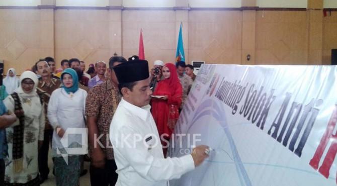 Wawako Solok Reinier menandatangani papan komitmen pada Launching Masyarakat Kota Solok Anti Hoax