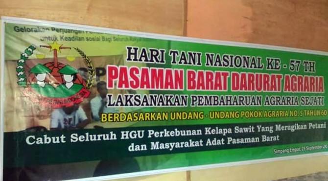 Spanduk yang telah dipersiapkan petani untuk aksi demo besok