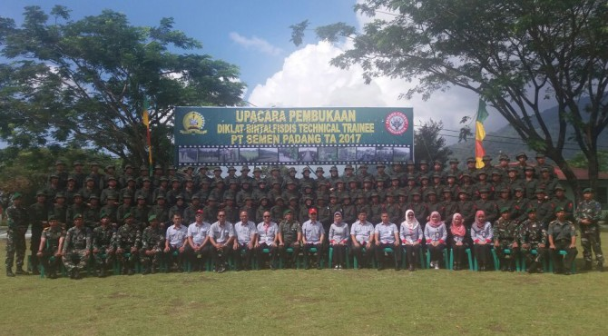 Calon Karyawan Baru PT Semen Padang Foto bersama dengan Direktur Keuangan PT Semen Padang, Tri Hartono Rianto dan sejumlah staf pimpinan di Lapangan Sapta Marga Secata B Padang Panjang