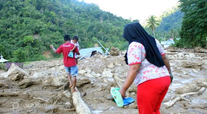Warga menerobos material banjir bandang di Solsel
