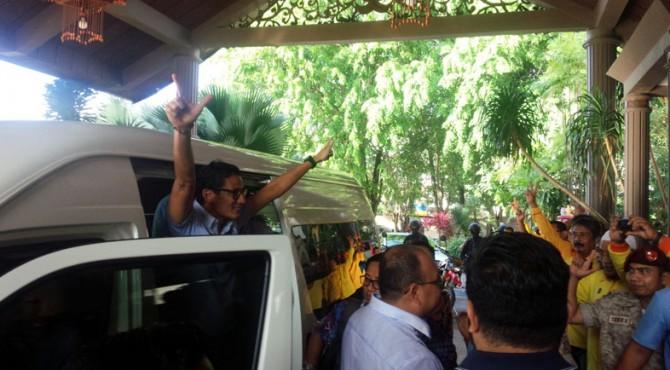 Sandiaga Uno beri salam dua jari saat akan ke luar dari mobil ketika berada di Kota Padang
