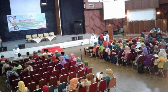 Ratusan masyarakat Lubuk Kilangan menghadiri sosialisasi penularan penyakit kaki gajah di Gedung Serba Guna Semen Padang
