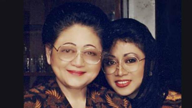 Siti Hartinah alias Ibu Tien Soeharto dan  Siti Hardiyanti Rukmana alias mbak Tutut