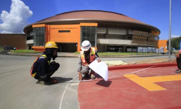 Pekerja melakukan proses akhir dari pembangunan kawasan Istora Papua Bangkit di Kampung Harapan, Sentani Timur, Papua