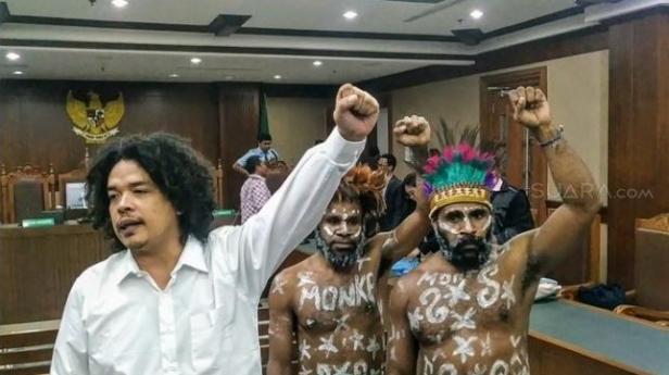 Ilustrasi: Surya Anta dan tapol Papua lainnya seusai sidang pembacaan dakwaan di Pengadilan Negeri Jakarta Pusat, Senin (16/12/2019).