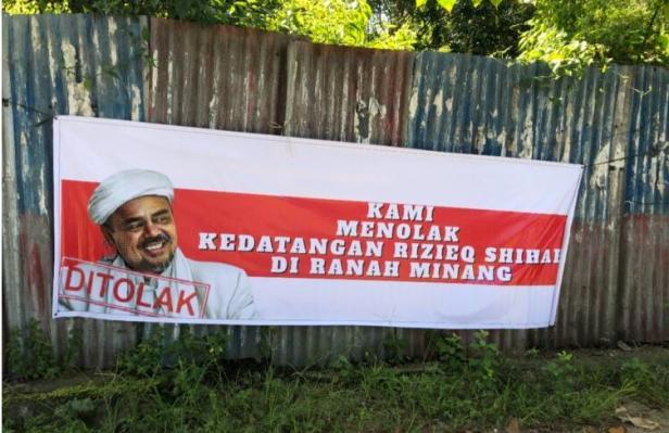 Sebuah spanduk monolak kedatangan Habib Rizieq Shihab (HRS) ke Sumbar terpampang di Jalan Agus Salim, Sawahan, Kota Padang, Selasa (1/12/2020).