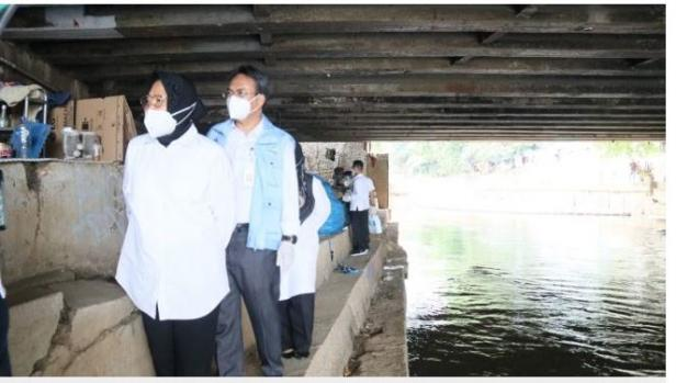 Menteri Sosial Tri Rismaharini blusukan ke kolong jembatan Pegangsaan, Jakarta