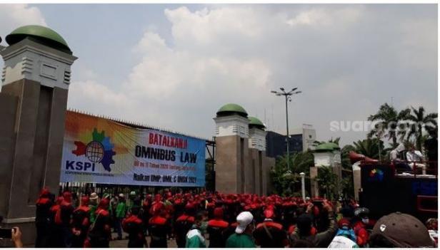 Penampakan spanduk raksasa milik buruh yang berunjuk rasa di depan gedung DPR RI, Jakarta.
