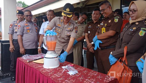 Kapolres Agam AKBP Dwi Nur Setiawan musnahkan BB sabu dan ekstasi