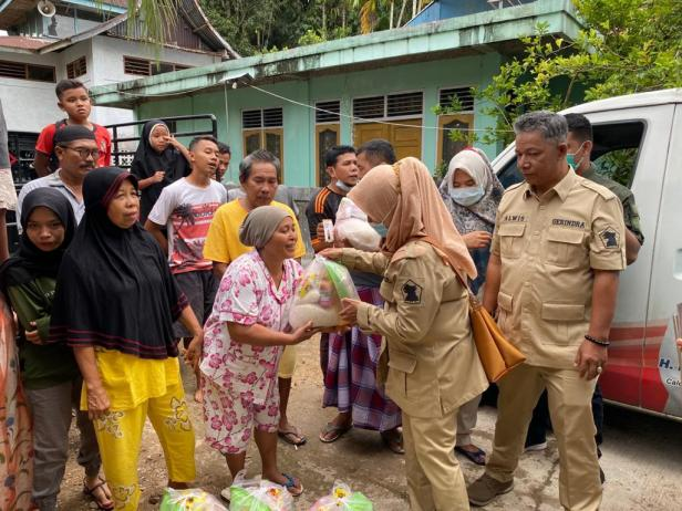 Wakil Ketua DPD Gerindra Sumbar Nurhaida menyerahkan bantuan sembako dari Andre Rosiade kepada warga Bungtekab.