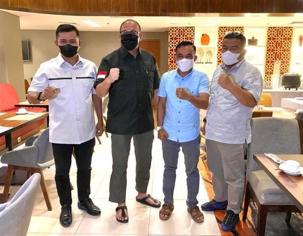 Ketua DPRD Kabupaten Solok Dodi Hendra bertemu dengan Ketua DPC Gerindra Solok Jon Firman Pandu, Ketua Fraksi Gerindra Hafni Hafiz dan Dodi Hendra sendiri.