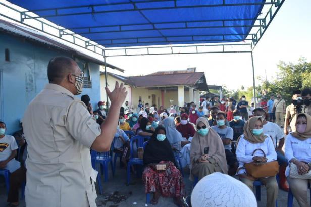 Andre Rosiade berdialog dengan nelayan Pasie Nan Tigo, Kecamatan Kototangah di lokasi penjualan ikan Pasie Sabalah.