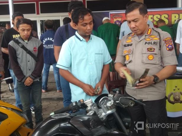 Kapolresta Padang Kombes Pol Yulmar Tri Himawan saat Menyerahkan Motor Hasil Curian yang Diungkap kepada Korban Curanmor
