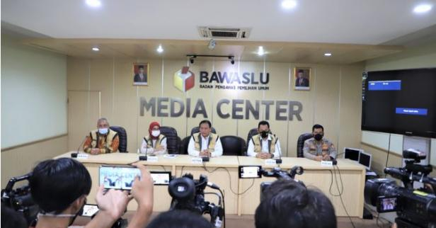 Ketua Bawaslu Abhan (tengah) saat melakukan memberikan keterangan pers terkait Sentra Gakkumdu di Media Center Gedung Bawaslu, Jakarta