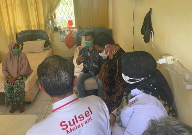 Gubernur Sulsel mengunjungi pengungsi asal Mamuju, Sulawesi Barat, di Asrama Haji Sudiang Makassar