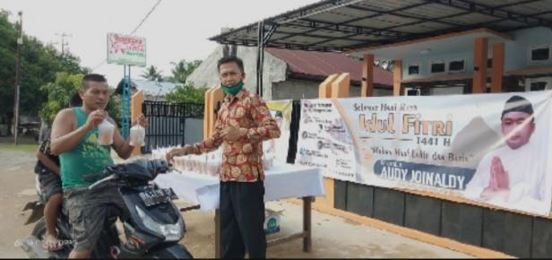 Relawan Audy Joinaldi bagikan ratusan sembako pada pengendara dan masyarakat sekitar di Pessel, Rabu (20/5)