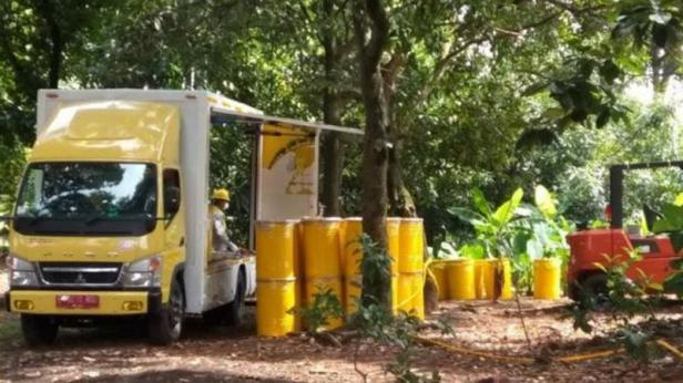 Pemindahkan sebanyak 87 drum berisi tanah dan vegetasi yang diindikasikan terpapar radiasi zat radioaktif dari perumahan Batan Indah, Tangerang Selatan, Banten, Minggu.