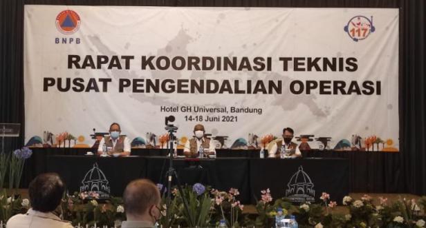Sekretaris Utama BNPB Lilik Kurniawan, S.T., M.Si. (tengah) dan Kepala Pusdalops BNPB Bambang Surya Putra, M.Kom. (kiri) dalam Rapat Koordinasi Teknis (Rakortek) Pusdalops BNPB di Bandung, Jawa Barat,