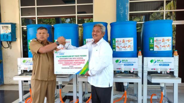 Penyerahan bantuan oleh BPJamsostek KCP Padang Pariaman untuk Pemkab