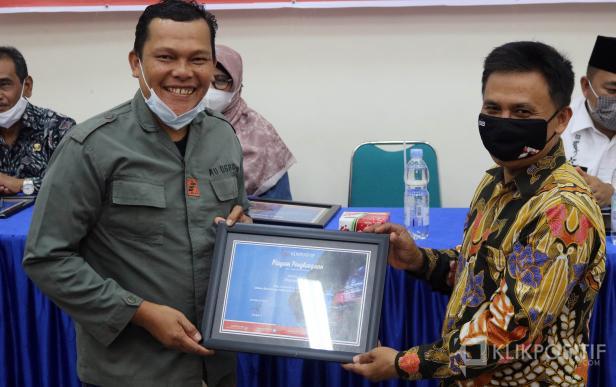 Direktur Utama KlikPositif Oktaveri serahkan piagam penghargaan kepada Anggota Penuh Mapala Unand, Nurdian Efendi, dalam anugerah Klik Award yang dilaksanakan di Kampus Universitas Fort de Kock Bukittinggi, Jumat 9 April 2021.