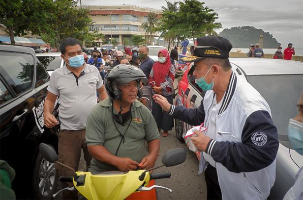 Aksi kampanye di masa Pandemi, para kandidat kepala daerah melakukan aksi berbagi masker di tempat umum.