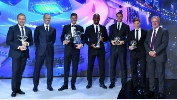 (Kiri-kanan) Pelatih Bayern Munich Hansi Flick, Alexander Ceferin (Presiden UEFA, Robert Lewandowski, Didier Drogba, Manuel Neuer dan Joshua Kimmich berpose usai menerima penghargaan UEFA dan Liga Champions di Jenewa, Swiss, Kamis (1/10/2020).
