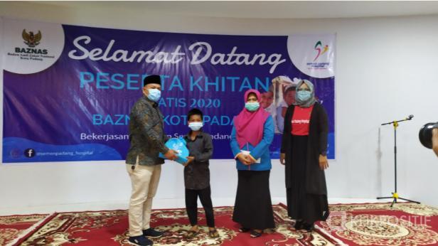 Ketua Baznas Kota Padang diwakili oleh Kepala Pelaksana Sintaro Abe menyerahkan paket untuk anak yang mengikuti khitan massal gratis di SPH