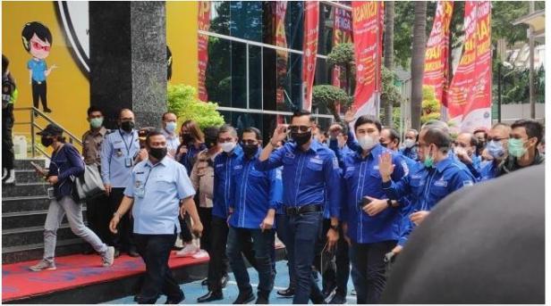 Ketua Umum DPP Partai Demokrat Agus Harimurti Yudhoyono (AHY) serta jajaran pengurus partai akhirnya mendatangi Kementerian Hukum dan Asasi Manusia (Kemenkumham).