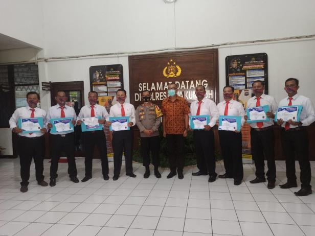 Jajaran Polres Payakumbuh terima penghargaan dari Pemko Payakumbuh.